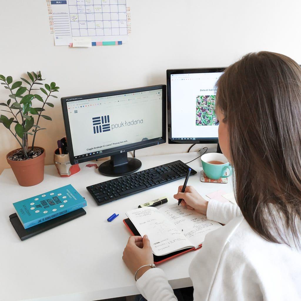brunetka-przy-biurku-miejsce-pracy